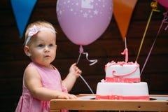 Porträt des kleinen Mädchens an der Geburtstagsfeier stockbild