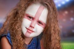 Porträt des kleinen Mädchens des Fußballfans mit Flagge von England auf Gesicht Stockbild