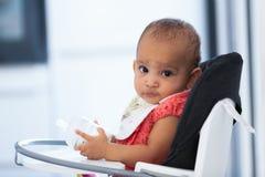 Porträt des kleinen Mädchens des kleinen Afroamerikaners, das ihre Milch hält Lizenzfreie Stockbilder