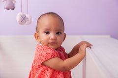 Porträt des kleinen Mädchens des kleinen Afroamerikaners - schwarze Menschen Stockfotos
