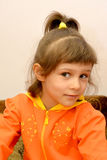 Porträt des kleinen Mädchens in einer orange Jacke Stockfotografie
