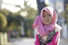 Porträt des kleinen Mädchens im Park stockbilder