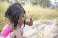 Porträt des kleinen Mädchens im Park stockfotos