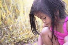 Porträt des kleinen Mädchens im Park lizenzfreie stockfotos
