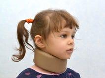 Porträt des kleinen Mädchens mit einem orthopädischen Kragen Stockfoto