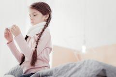 Porträt des kleinen Mädchens mit Thermometer stockbild