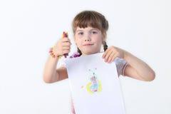 Porträt des kleinen Mädchens mit Zeichenstifte shownig ihr Bild Stockfotografie