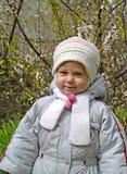 Porträt des kleinen Mädchens vor dem hintergrund eines Busches von Lizenzfreies Stockbild