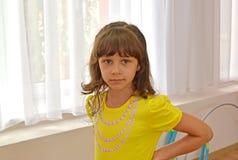 Porträt des kleinen Mädchens vor dem hintergrund eines Fensters I Stockfotografie
