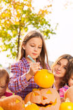 Porträt des kleinen Mädchens zeichnet auf Halloween-Kürbis Lizenzfreies Stockbild