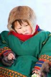 Porträt des kleinen Nenets-Mädchens in der nationalen Kleidung Stockbilder