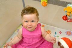 Porträt des kleinen netten Mädchens, das in einer Arena sitzt Lizenzfreie Stockfotografie