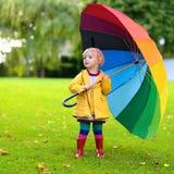 Porträt des kleinen Vorschülermädchens mit buntem Regenschirm Stockbilder