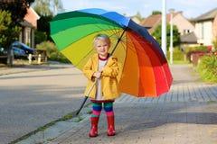 Porträt des kleinen Vorschülermädchens mit buntem Regenschirm Lizenzfreie Stockfotografie