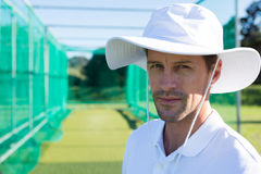 Porträt des Kricketspielers stehend am Feld Lizenzfreies Stockfoto