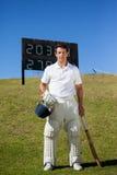Porträt des Kricketspielers stehend gegen Anzeigetafel Stockbild