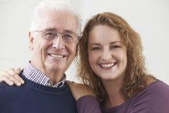 Porträt des lächelnden älteren Mannes mit erwachsener Tochter lizenzfreie stockbilder