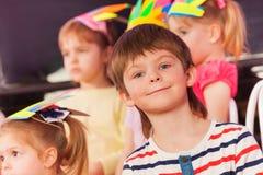 Porträt des lächelnden überraschten kleinen Jungen in der Klasse Lizenzfreie Stockbilder
