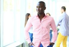 Porträt des lächelnden AfroamerikanerGeschäftsmannes Stockbild