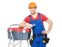Lächelnder Arbeiter mit Werkzeugen stockfoto