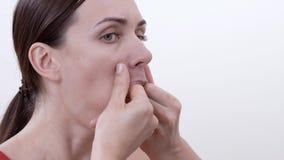 Porträt des lächelnden Brunettemädchens, das Übung für die Verstärkung der Wangenknochen tut, mischt mit stock video