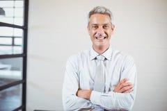 Porträt des lächelnden Geschäftsfachmannes mit den Armen gekreuzt lizenzfreie stockfotos