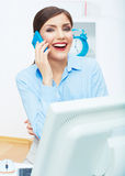 Porträt des lächelnden Geschäftsfrau-Call-Center-Betreibers bei der Arbeit Stockbilder
