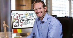 Porträt des lächelnden Geschäftsmannes sitzend im Büro mit verschiedenen Ikonen auf copmuter Schirm Lizenzfreie Stockfotos