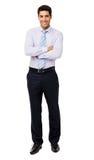 Porträt des lächelnden Geschäftsmannes Standing Arms Crossed stockbild