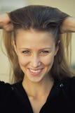 Porträt des lächelnden hübschen Mädchens Lizenzfreies Stockbild
