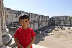Porträt des lächelnden Jungen im Tempel von Apollo Stockfotografie