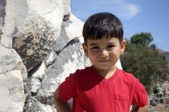 Porträt des lächelnden Jungen im Tempel von Apollo Lizenzfreie Stockfotos