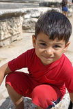 Porträt des lächelnden Jungen im Tempel von Apollo Lizenzfreie Stockfotografie