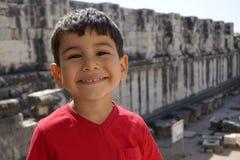 Porträt des lächelnden Jungen im Tempel von Apollo Stockfoto