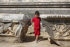 Porträt des lächelnden Jungen im Tempel von Apollo Stockfotos