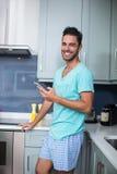 Porträt des lächelnden jungen Mannes mit Telefon stockbilder