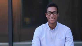 Porträt des lächelnden jungen schwarzen männlichen Designers stock video