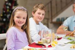 Porträt des lächelnden kleinen Mädchens am Weihnachtsabendessen Stockfoto