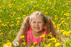 Porträt des lächelnden Mädchens im grünen Gras Stockbild
