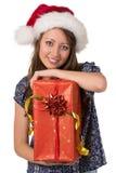 Porträt des lächelnden Mädchens mit großem Weihnachtsgeschenk lizenzfreie stockfotos