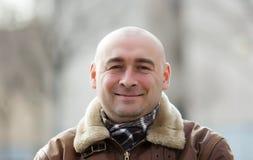 Porträt des lächelnden Mannes an der Herbststraße Stockbild