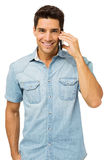 Porträt des lächelnden Mannes intelligentes Telefon beantwortend lizenzfreies stockbild