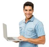 Porträt des lächelnden Mannes mit Laptop lizenzfreie stockfotos