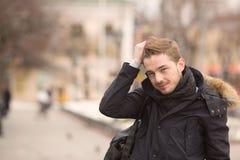 Porträt des lächelnden Mannes richtet sein Haar gerade Lizenzfreie Stockbilder