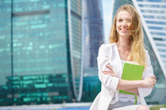 Porträt des lächelnden schönen Geschäftsmädchenlächelns Lizenzfreie Stockfotos