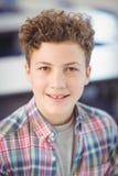 Porträt des lächelnden Schülers Stockbild