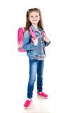 Porträt des lächelnden Schulmädchens mit dem Rucksack lokalisiert Stockfotos