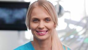 Porträt des lächelnden Zahnarztes in der Klinik des Zahnarztes stock video footage