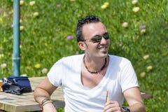 Porträt des Lächelns des jungen Mannes im Freien Stockbilder