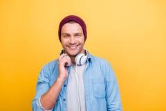 Porträt des Lächelns, froher Musikfreund, Fan in der roten Kappe, Jeans shi Stockbilder